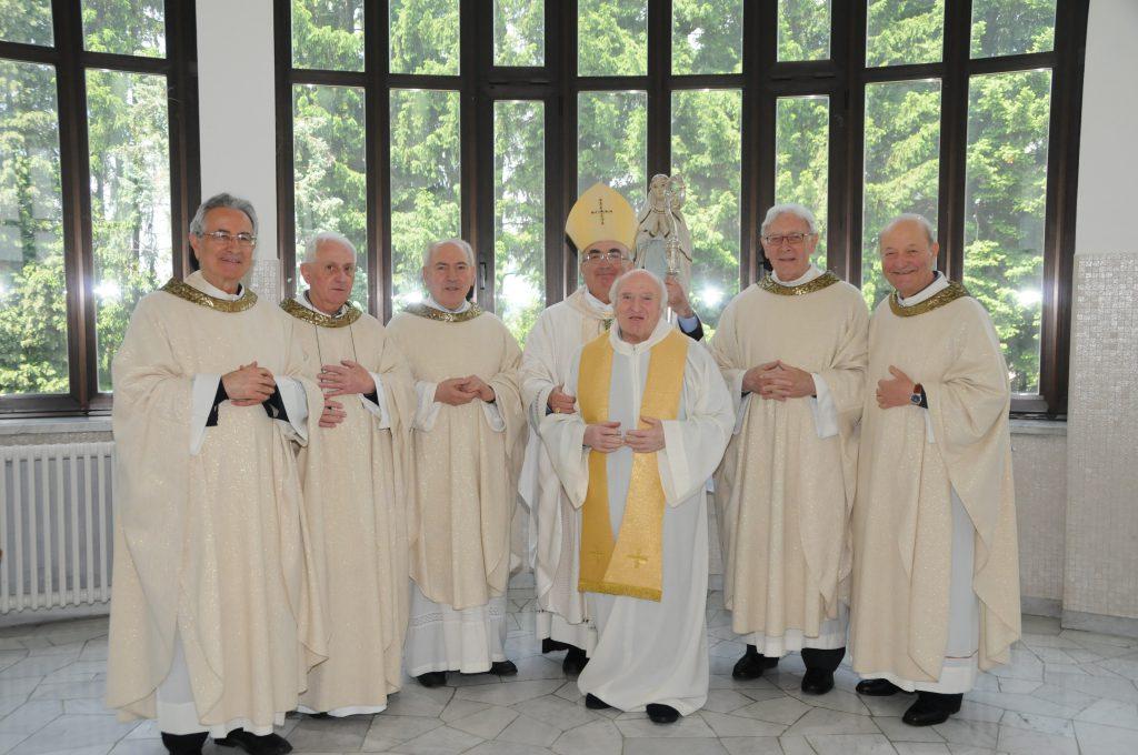Maggio 2014: in Seminario si celebrano gli anniversari di ordinazione sacerdotale. Don Lorenzo, il primo da sinistra, è con i compagni di Messa: ricordavano i 50 anni di sacerdozio.