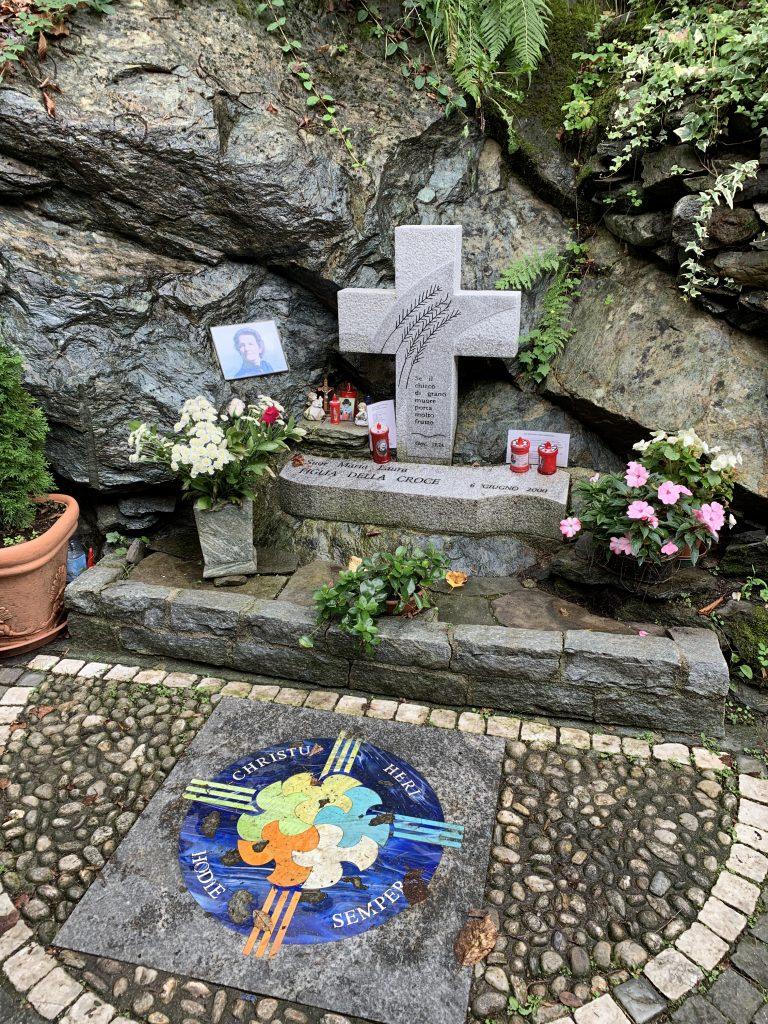 La croce nel luogo del martirio di uor Maria Laura Mainetti